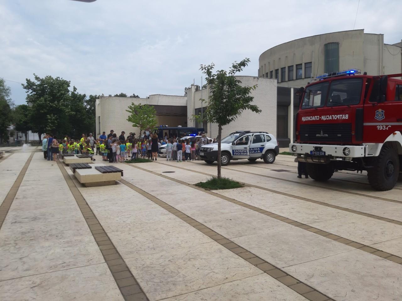 Druženje predškolaca sa policajcima i vatrogascima u Knjaževcu
