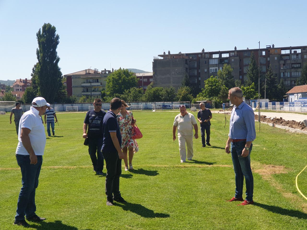 Predsednik obilazi radove na sportskom terenu, foto: M.N.