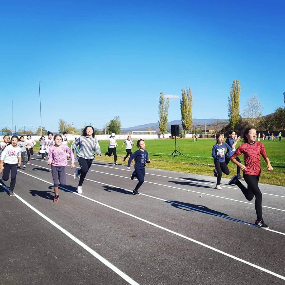 Deca na stadionu koriste atletsku stazu, foto: V.R.