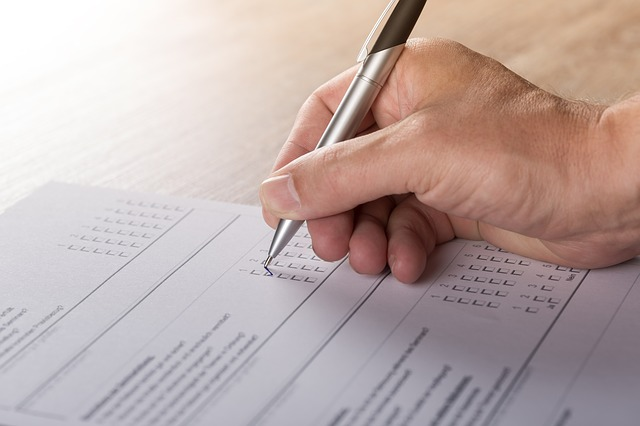 Ilustracija, anketa, foto: Andreas Breitling, pixabay